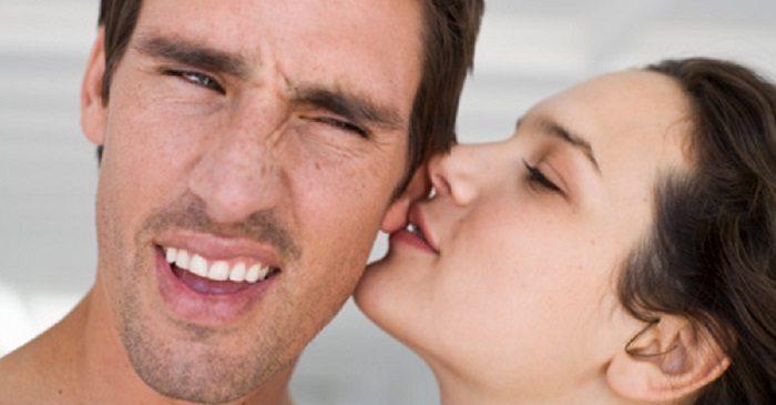 beijo na orelha