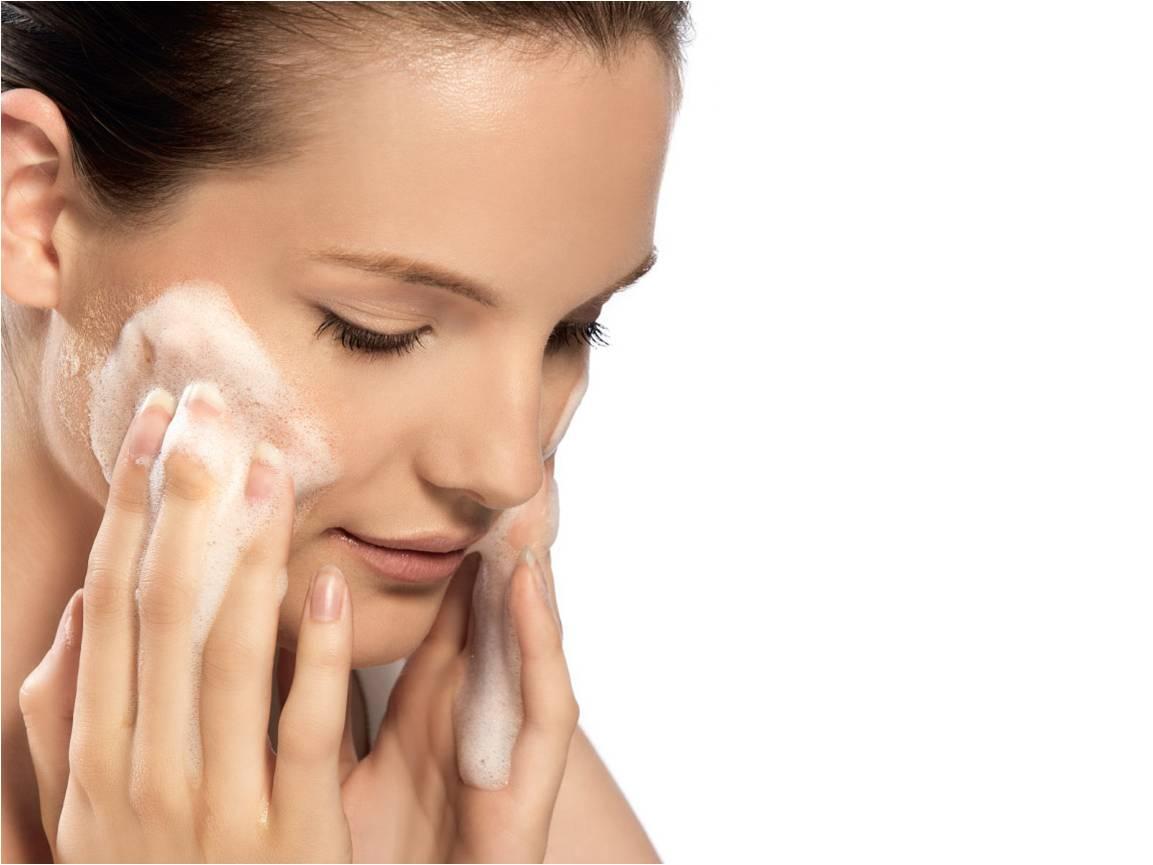 Como curar a borbulha de acne em uma cara no adolescente