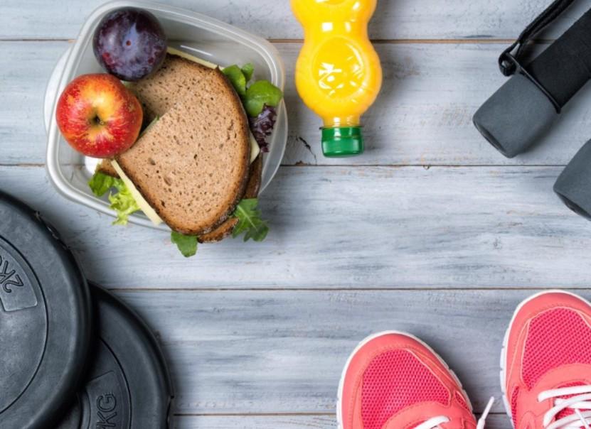 Exercitar-se antes de tomar café da manhã oferece inúmeros benefícios para a sua saúde e relógio biológico. Sim, você passará a acordar cedo de forma automática.