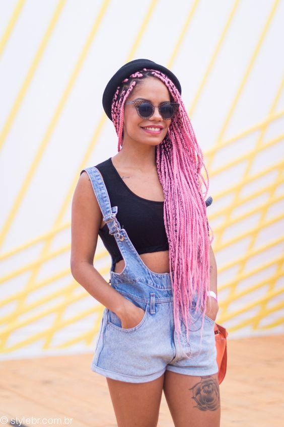 mulher com traça braid box e macacão jeans