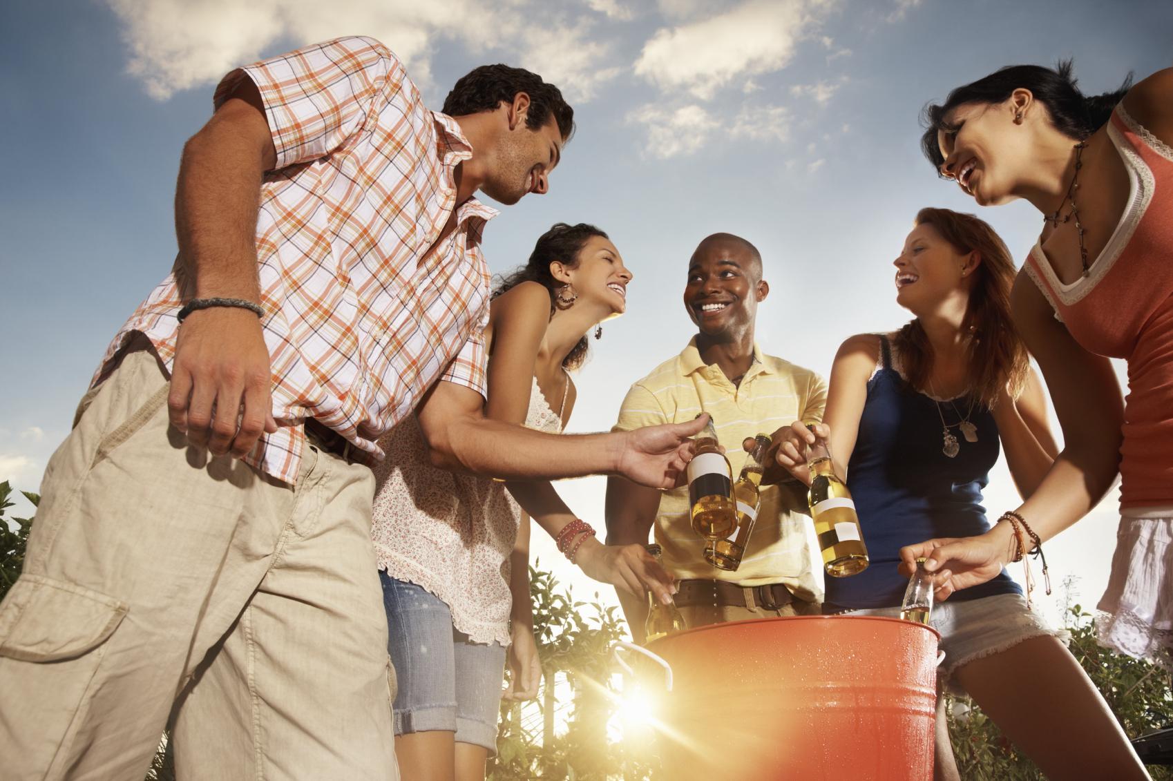 amigos comemorando em churrasco informal